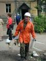 Спасатели выносят вещи жильцов, проживающих в аварийном доме, из начавшего обрушаться подъезда. Улица Барнаульская 2, Заводской район.